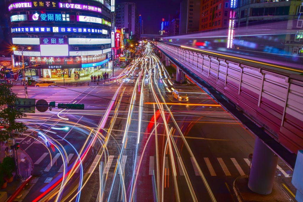 Lichtstrepen over straat