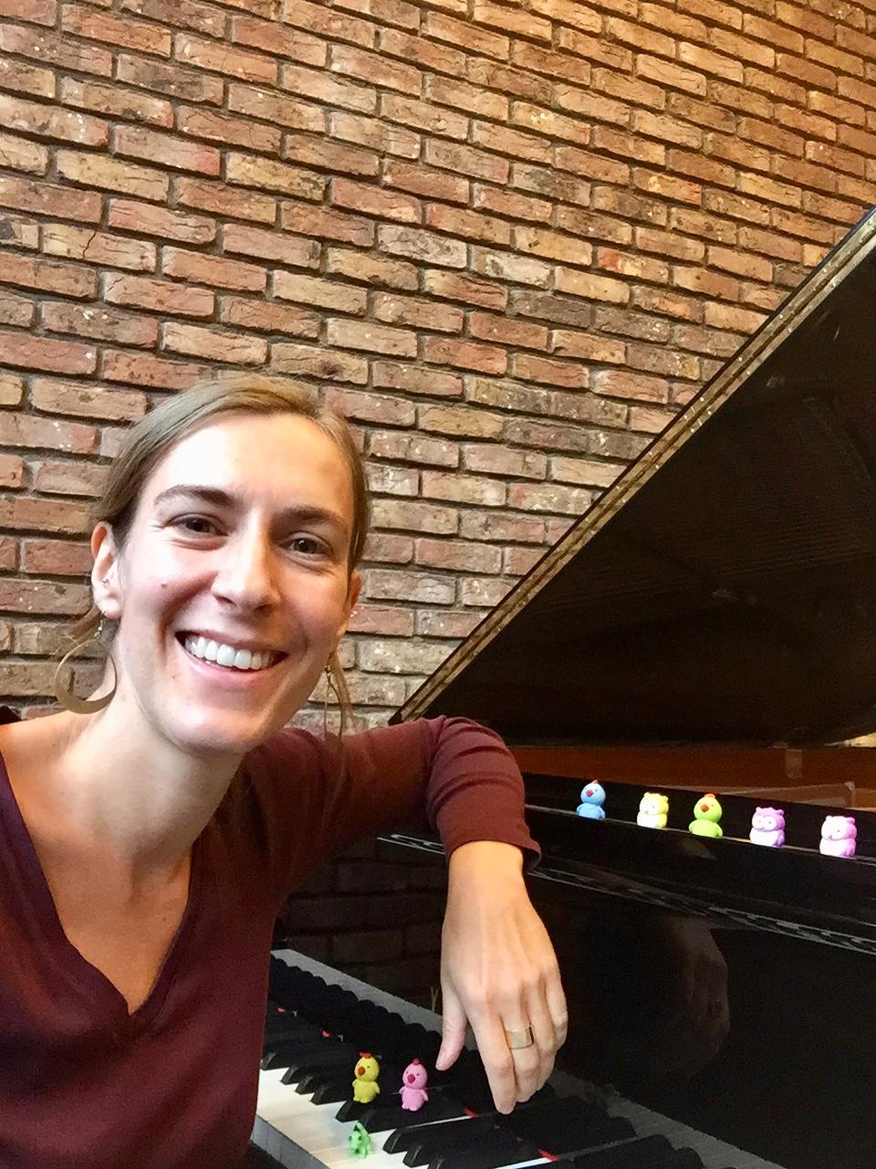 Els Becu aan een piano